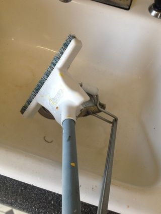 Exprima el trapeador cuando se llena de agua sucia. Repita hasta que las mujeres aren't scared to walk barefoot in your kitchen.