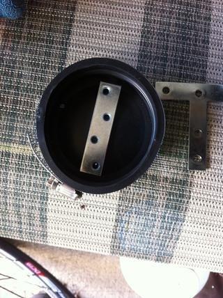 Perforar los agujeros a través de la tapa de goma para que coincida con los agujeros finales en el 3