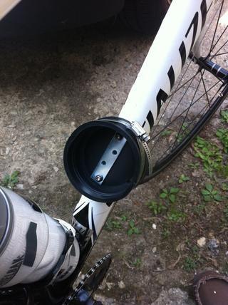 El uso de tornillos de la jaula de la botella de la bicicleta, el tornillo a través de la placa de zurcido, a través de la tapa de goma a la jaula de la botella de montar agujeros en el tubo diagonal bicicleta.