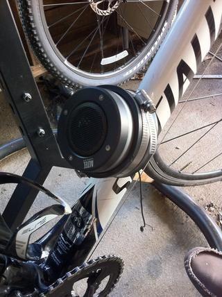 Coloque im227 en el extremo de la tapa de goma, enhebrar el cable del altavoz a través del agujero perforado hacia el lado de la tapa inferior. Apriete la abrazadera de tubo con un destornillador de cabeza plana. (no apriete demasiado!)