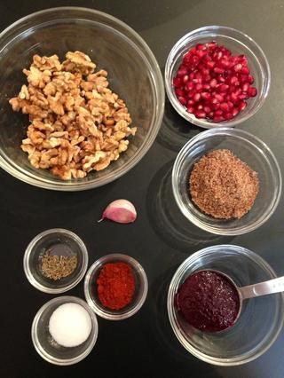 En un procesador de alimentos, ponga la parrilla pimientos + nueces + 1 ajo + 2 cucharadas de semillas de linaza + sal, pimentón y comino + 2 cucharadas de melaza de granada. Y reducirlas a una pasta gruesa o más fina. Hecho. Servir