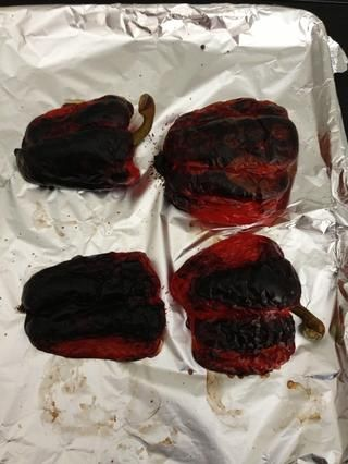 Si lo prefiere en el horno. Cortar el pimiento por la mitad y asar ellos en medio de 15-20 minutos. Póngalos en un recipiente cerrado. Saque la piel cuando está frío. Drenaje Wash.