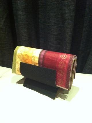 Diseño: belleza negro. Arreglo: el pliegue rectangular, también conocido como el empujón servilleta perezoso.
