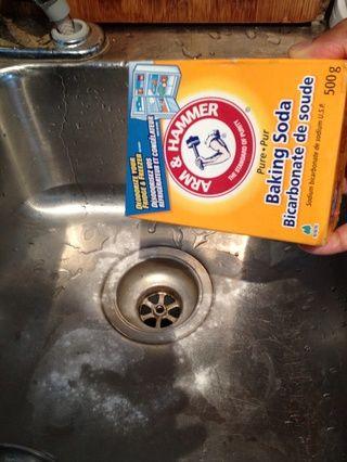 Volcado cuarta caja de bicarbonato de sodio (no de polvo de hornear) por el desagüe primero.