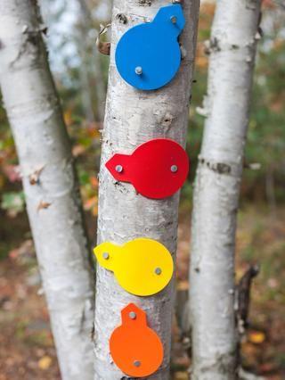 Muchas zonas de senderismo y sistemas de senderos utilizan identificadores simples, a menudo un código de colores, publicados a intervalos periódicos y en los cruces de senderos.