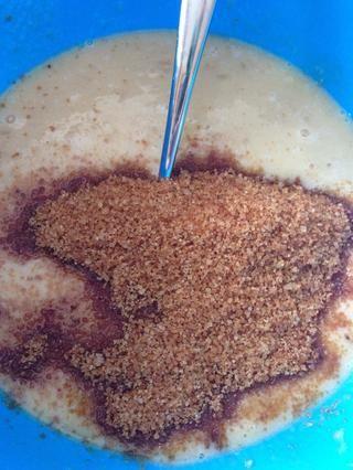 Añadir el azúcar en el bol y mezclar bien. Desde usé plátano muy maduro, que está bien usar media taza de azúcar morena.