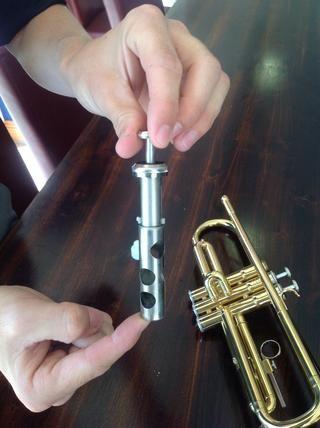 Asegúrese de que el número de la válvula se corresponde con el número que aparece en la caja de la trompeta.