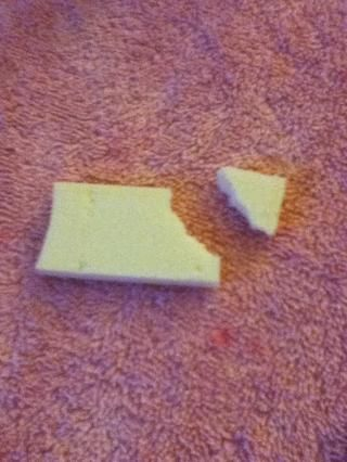 Rip un pequeño trozo de una esponja de maquillaje.
