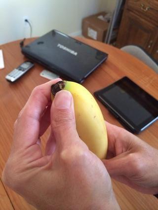 Apriete la parte inferior con la punta de los dedos o las uñas.