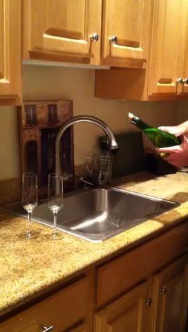 Con fuerza golpear el cuchillo hasta el cuello de la botella, a lo largo de la costura. El corcho se desprenderá todavía alojada en el interior de la parte superior del cuello de botella. Tener gafas / bocas listo para captar el flujo rápido!