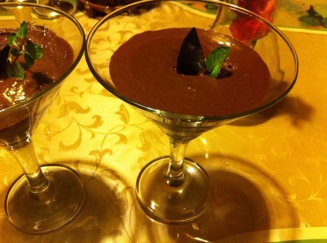 Servir el restante (si) mousse de chocolate en vidrio. Pers va a encantar!