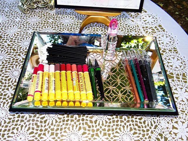 Tengo varios chapsticks tintados, paleta de sombra barato, algunos cepillos de labio desechables y tiza del pelo