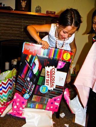 Abriendo regalos y agradeciendo a los donantes
