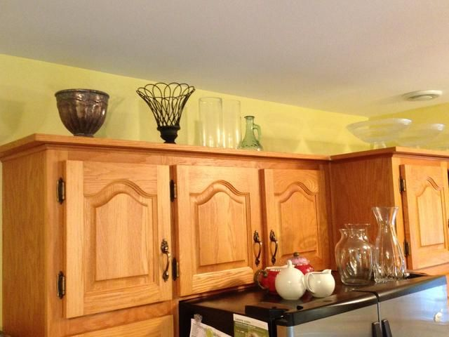 Utilice la parte superior de los gabinetes de cocina y refrigerador para almacenar piezas que te gustan, pero a duras penas, si incluso, utilice. Nosotros sabemos...! Realmente deberían ser enviados lejos ... pero lo que's wrong with cherishing some?!