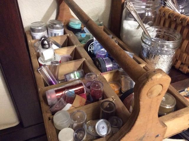 Cajas y caddies compartimentos divididos son esenciales en mi organización estudio. Esta funciona perfectamente para todos mis brillos!