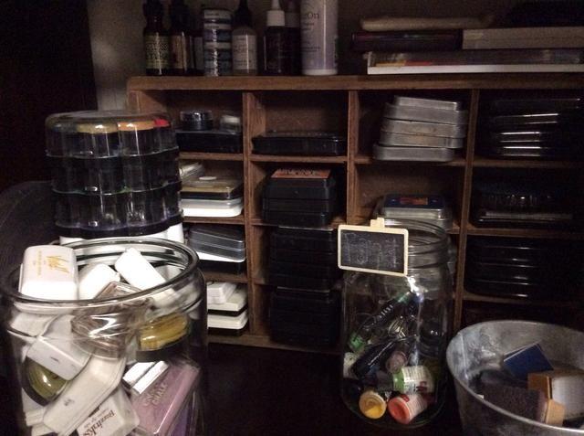 Tintas apilan correctamente y se almacenan en grandes tinajas.