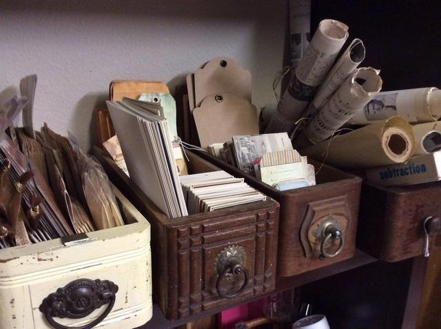 Cajones de coser vintage son simplemente el tamaño perfecto para los pequeños de papel de mercancías, etiquetas y material efímero.