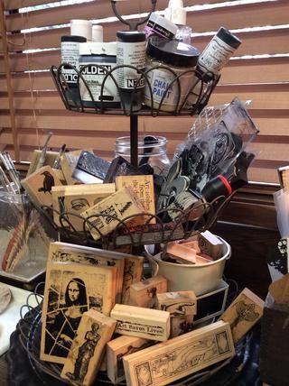 Otra salida al fav ... cestas metálicas gradas. Éste alberga mis sellos más utilizados y pinturas.
