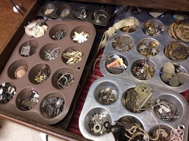 Moldes para muffins son súper organizadores! Ellos tienen todos mis pequeños trozos y colecciones, manteniéndolos separados y organizados bastante bien. Se almacenan en incorporada en los cajones.