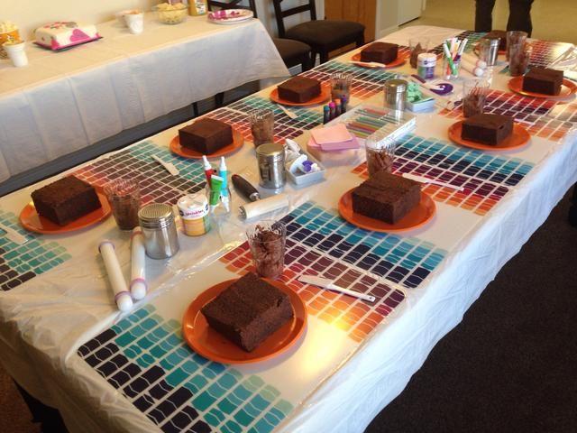 Saque todas las herramientas de decoración de tortas que tiene y tratar de pedir a algunos amigos para más herramientas para prestar. Cualquier cortadores de galletas serán útiles también. Tener los contactos de balanceo para rodar el fondant para cubrir el pastel