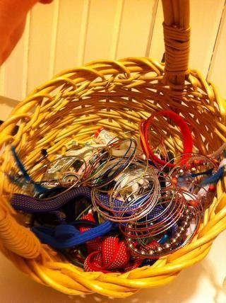 Jo Jo mantiene todos sus accesorios para el pelo y otras cosas que ella usa en esta cesta. Vamos a ordenar a cabo usando nuestro método de agarrar