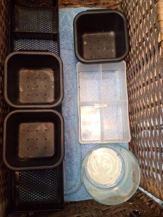Uno de los cajones de mi vanidad. Además, muestra los diferentes contenedores y divisores. Ej: separador lápiz, titular de la vela pequeña, divisores cuadrados.