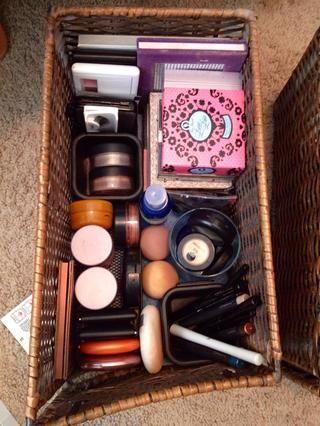 Parte 3: toques finales: licuadoras belleza, poofs cara, cepillo limpiador de maquillaje (consulte la guía para ver DIY), latigazos.