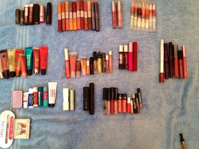 Organizar por marca, forma, lápiz labial vs brillo, manchas, etc.
