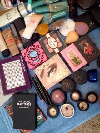 ... Y usar pequeños cajones apilados Tupperware. (Usted'll see both shortly). Here's how I organize my makeup! ��