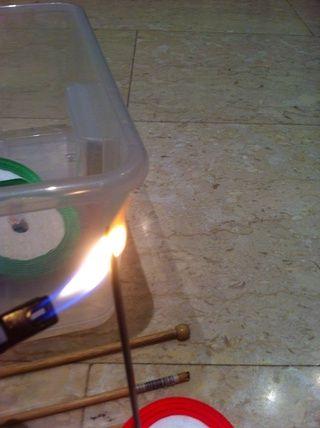Calentar la aguja para hacer el agujero en el lado de la caja