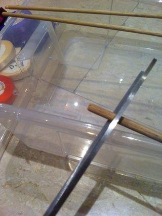 Cortar el palo de 3 tamaño igual de madera más grande que la caja para que pueda verlos desde el lado