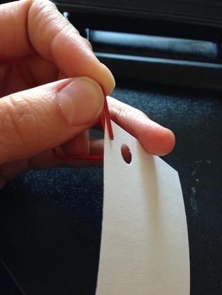 Para poner las cartas sobre el bucle simplemente deslizar la tarjeta de nota a través de las dos piezas de los extremos.