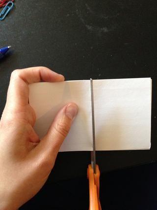 Al cortar tratar de mantener todas las tarjetas de nota en su lugar mediante la celebración de un lado de las tarjetas con firmeza.