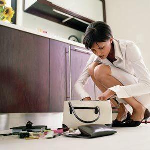 Mujer buscando a través de la cartera.