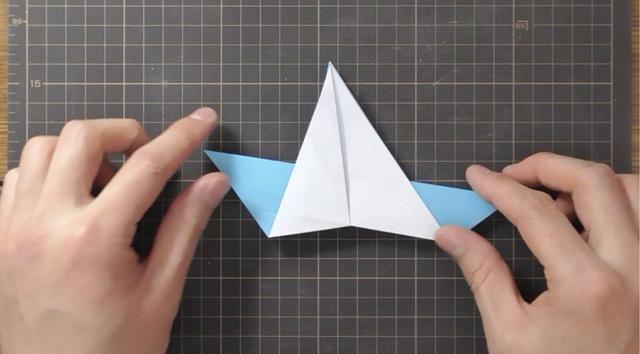 Swivel doblar papel capa superior hacia abajo para mayor medida para formar el punto en la parte superior. Repita el paso anterior atrás.