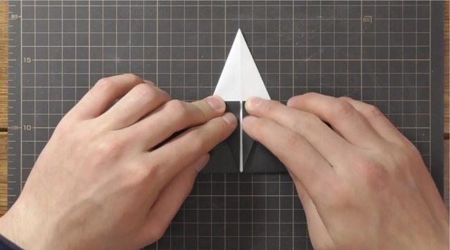 Doblar la parte superior apuntar hacia abajo para tocar la línea central inferior.