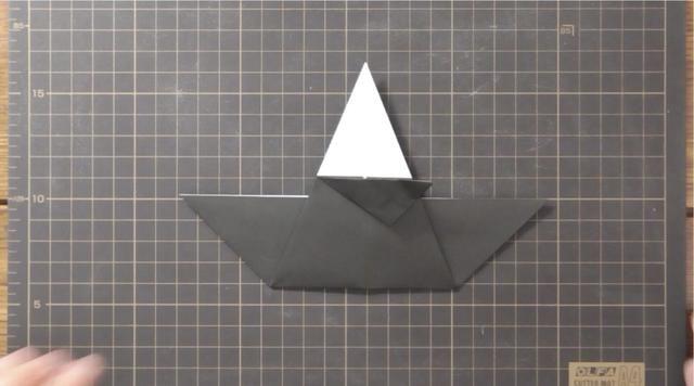 Doble superior e inferior bordes doblados hacia la derecha para reunirse en la línea central.
