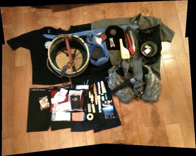 Sistema de Mole: spork titanio, cepillo de setas, cuchillo Fallkniven, corona vio, banda de humedad, dos guardia de erupción, erupción cortos, pantalones cortos, camisa.