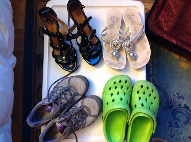 Usted nunca puede tener demasiados zapatos. Esto será unas vacaciones activas, así que necesito zapatos para correr, senderismo, zapatos para deslizarse desde la playa al hotel y de zapatos de golf para el vestido para arriba!