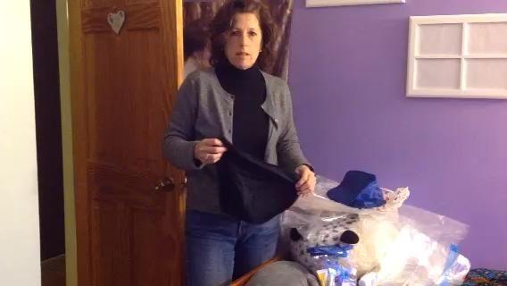 Estirar la ropa y empaquetarlos en tamaño galón bolsas zip lock o cubos de embalaje. Entonces puedo poner la ropa sucia o mojados en las bolsas.