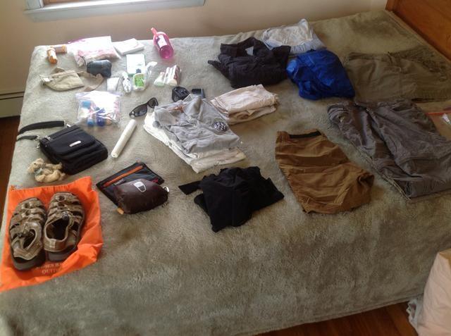 Organizar todo y colóquelo sobre una superficie plana, ya sea de su cama o una mesa