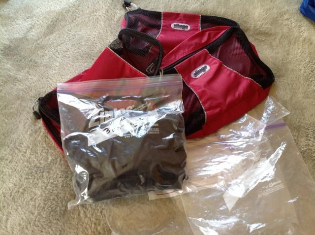 Una vez que tú're organized start to pack in either packing cubes or plastic bags