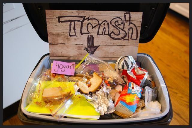 Después de la escuela, deseche todas las bolsas de comida de sobra, envasado de alimentos utilizados y de papel. No vuelva a utilizar los envases, ya que podría contaminar otros alimentos y causar enfermedades transmitidas por alimentos.