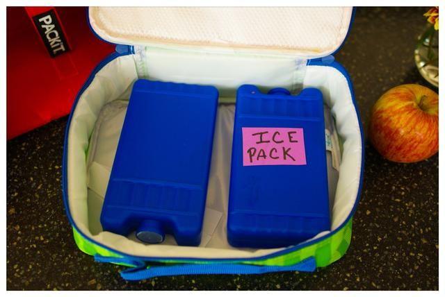 Coloque los paquetes de gel congelador en el congelador la noche antes de empacar el almuerzo. Asegúrese de tener al menos dos paquetes de gel congelador por el almuerzo de hacer las maletas.