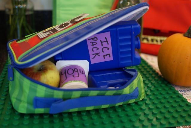 Después de esto, coloque un segundo acumulador de frío en la cima de sus envases de alimentos. Postal de la bolsa del almuerzo a cal y canto y enviar a su hijo a la escuela con tranquilidad.