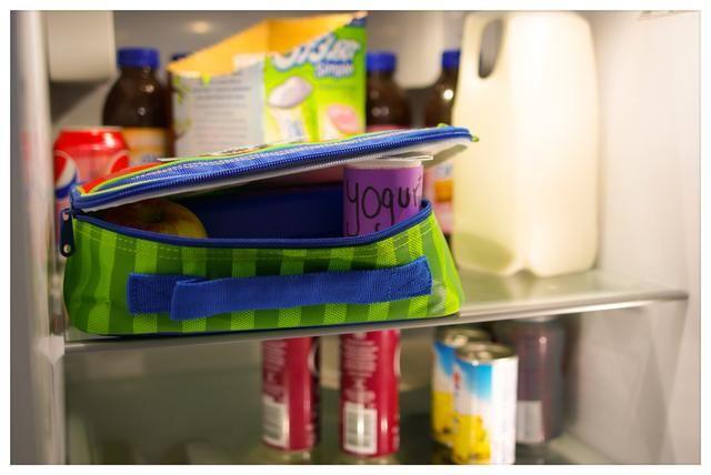Si hay un refrigerador en la escuela, dígale a su hijo para mantener su almuerzo en el interior con la tapa de la caja de almuerzo o la bolsa abierta. Esto permite que el aire frío circule y mantener los alimentos fríos.