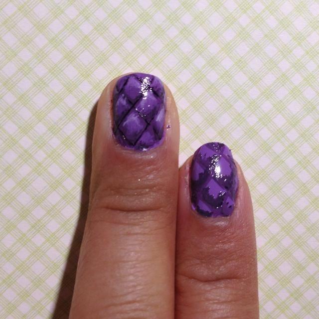 Con un tono más oscuro de color púrpura o mezclar su púrpura con un poco de esmalte negro. Pintura en la parte inferior