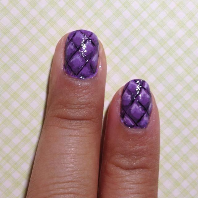 El uso de un cepillo de uñas de arte crean cruces transversales negras finas.