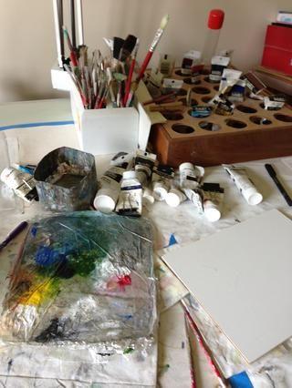 Mi trabajo lugar ... nada de lujos. Mi buen marido me construyó los titulares de pintura y pincel, que funcionan muy bien. Yo no pinto verticalmente sobre un caballete, pero prefiero una mesa de dibujo con una superficie ligeramente angulada.