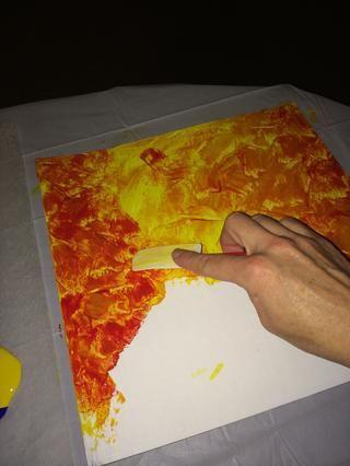 Pintar la base con pequeños toques cortos. Comience con amarillo en los primeros 2 / 3rds de su base. Colores más ligeros DEBEN colocarse primero.